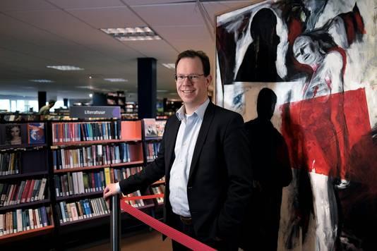 Bert Frölich in 2016 voor een kunstwerk van George Geutjes in de oude bibliotheek aan de Hooge Bongert. Archieffoto : Jan Ruland van den Brink