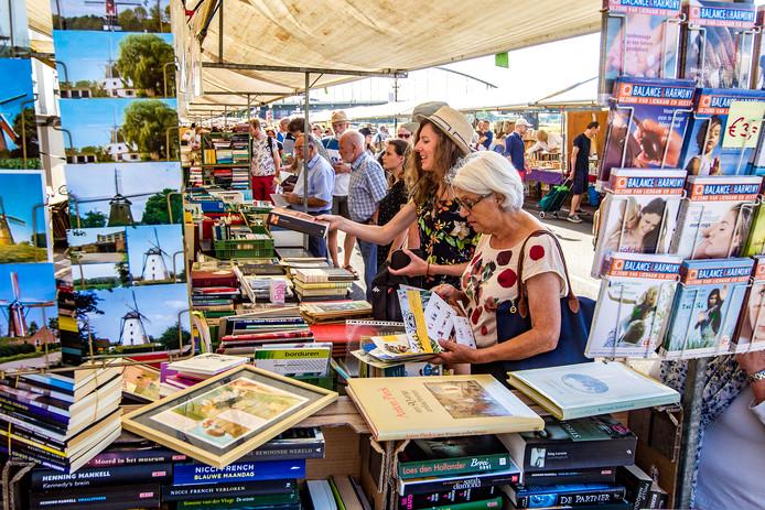 Op de boekenmarkt werden niet alleen boeken verkocht.