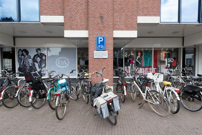 Gestalde fietsen in het stationsgebied in Zutphen.