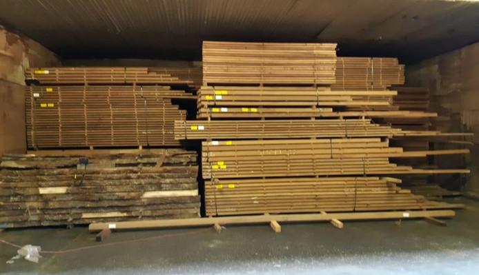 Fout hout uit Myanmar dat bij een inval werd aangetroffen.