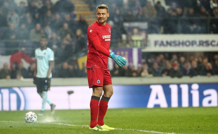 Mignolet kreeg in het duel tegen Anderlecht een voetzoeker naar zich gesmeten.