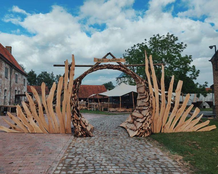 De toegangspoort tot Bar Abbaye in Oudenburg staat er al.