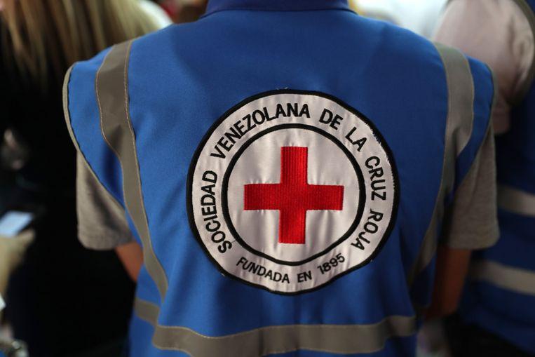 Een lid van het Venezolaanse Rode Kruis in Caracas.  Beeld EPA