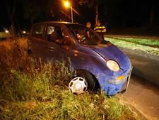 Auto botst tegen lantaarnpaal in Eindhoven; man naar het ziekenhuis
