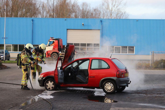 De brandweerlieden blusten de autobrand in Kampen.