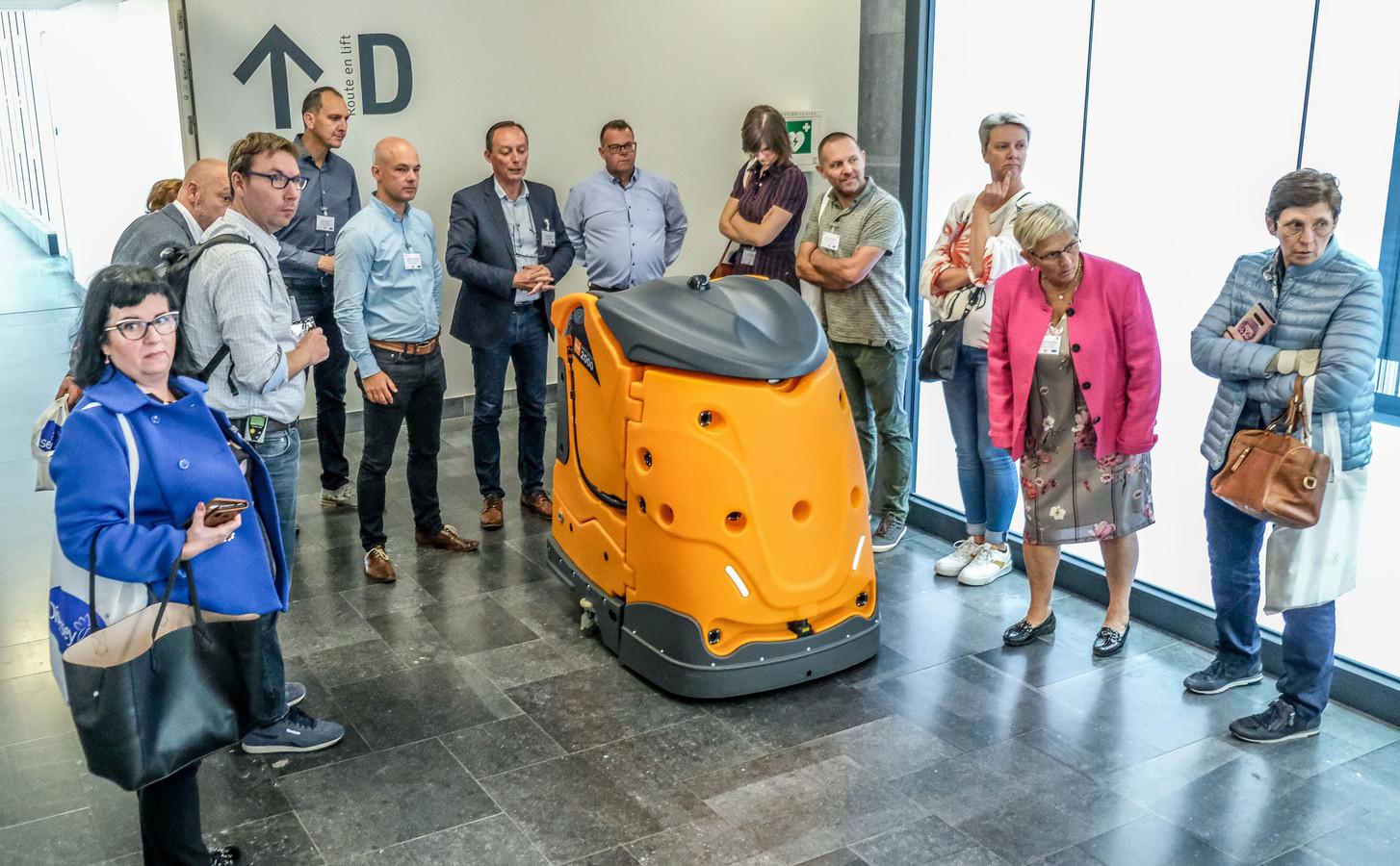 De nieuwe poetsrobot kan op heel wat belangstelling rekenen. Momenteel houdt hij de vloeren schoon in AZ Groeninge in Kortrijk.