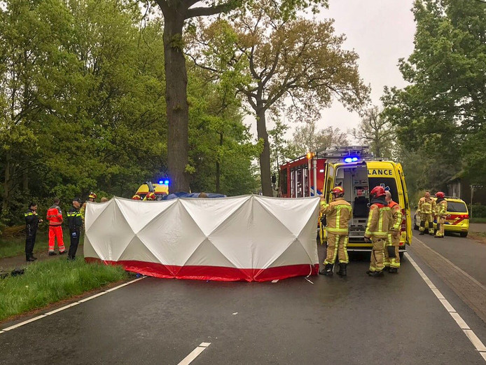 De Leenderweg is afgesloten na een ernstig ongeval.
