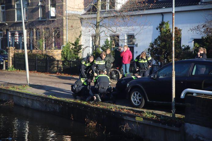 Een te water geraakt persoon wordt nagekeken op de Zuidelijke Steijnkade in Gouda