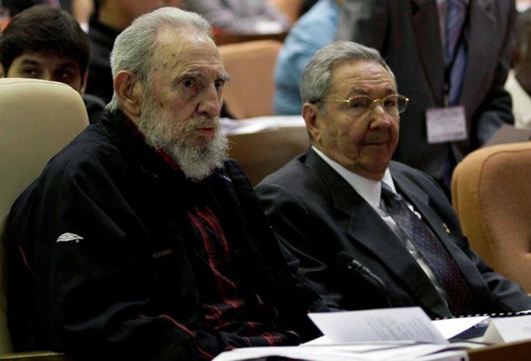 Fidel Castro (links) en zijn broer Raúl tijdens een bijeenkomst van het Cubaanse parlement, afgelopen februari. Beeld afp