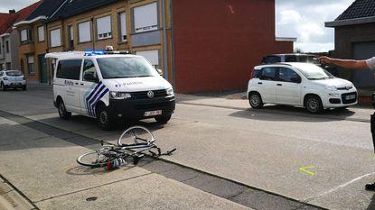 Zes omstaanders tillen auto op om fietser te bevrijden