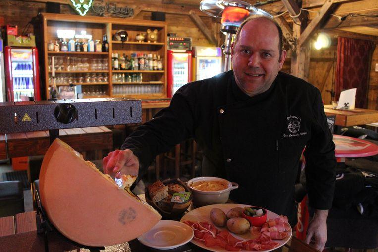 Dimitri Stofferis demonstreert de raclette, die je in zijn hut letterlijk van een kaasbol kan schrapen.