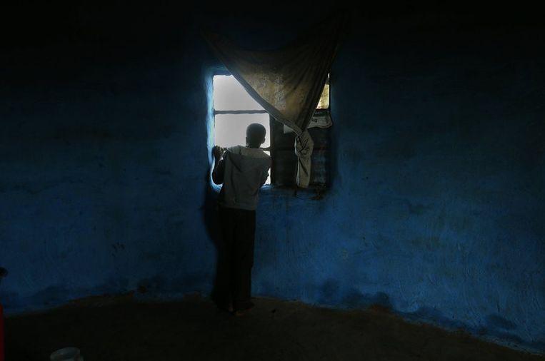 Een jongen kijkt uit over de plaats waar Mandela begraven zal worden. Beeld reuters