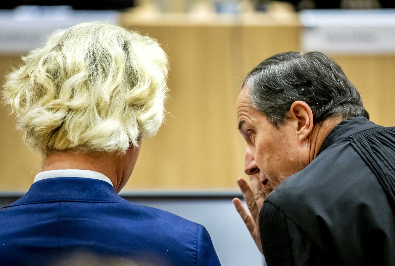 Wilders in de beveiligde rechtbank van Schiphol.