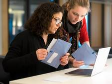 Studenten helpen bij belastingaangifte in de OBA