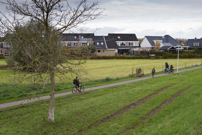 De groenstrook achter De Grutto in Wijhe waar de gemeente nieuwe woningen wil bouwen.