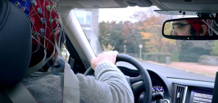 De bestuurder draagt een soort badmuts  die vol elektrodes en draden zit die zijn of haar hersengolven lezen.