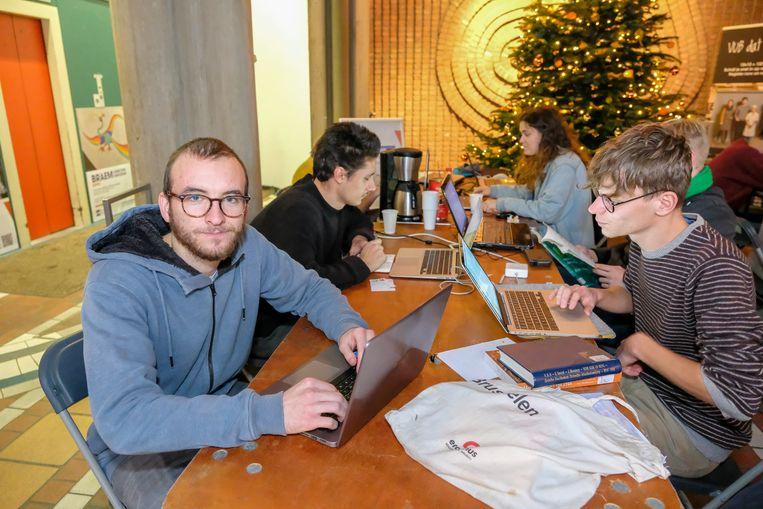 Matteo Kopriva en enkele collega's studeren in de inkomhal van het rectoraatsgebouw.