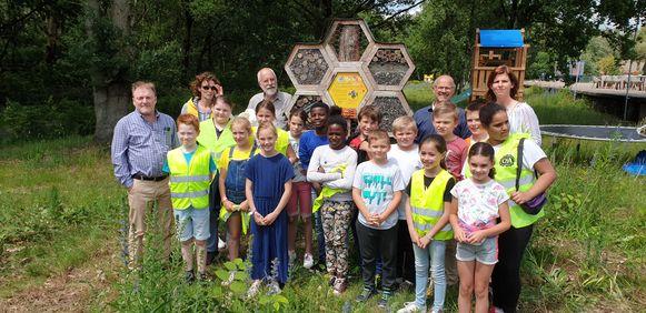 Kinderen van basisschool 't Spoor bij het bijenhotel
