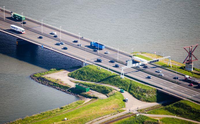 Een luchtfoto van de Moerdijkbrug.