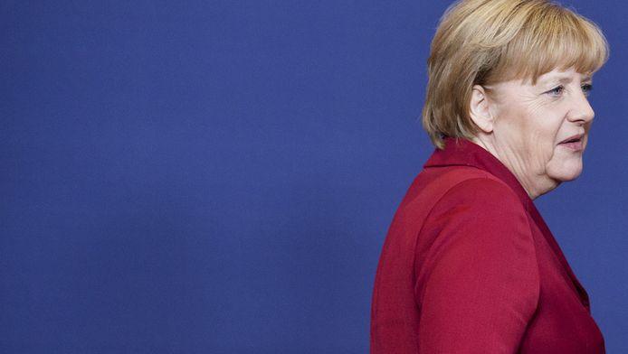 De Amerikaanse inlichtingendienst NSA luistert de Duitse bondskanselier Angela Merkel niet langer af, maar houdt ambtenaren en politici uit haar omgeving scherper in de gaten.
