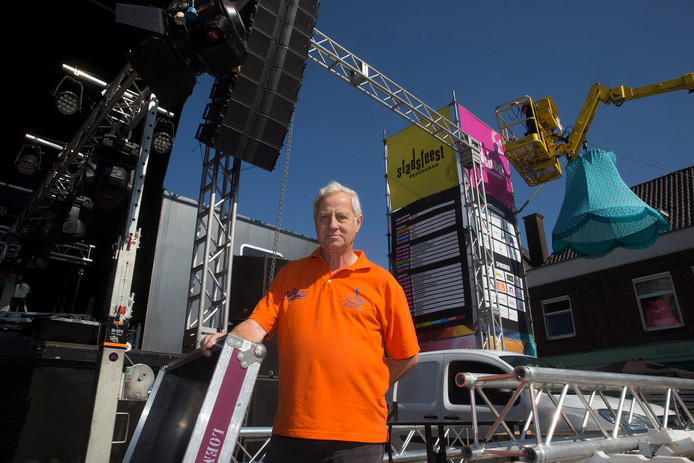 Joop Sars, op het podium van zijn laatste Stadsfeest.
