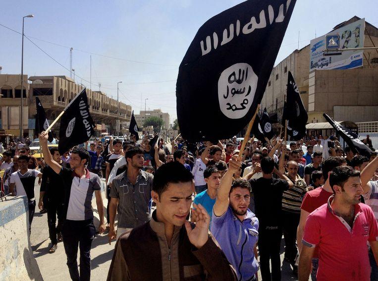 Bewoners van Mosul betogen voor IS. In de miljoenenstad heeft IS nu een islamitische bank geopend. Beeld ap