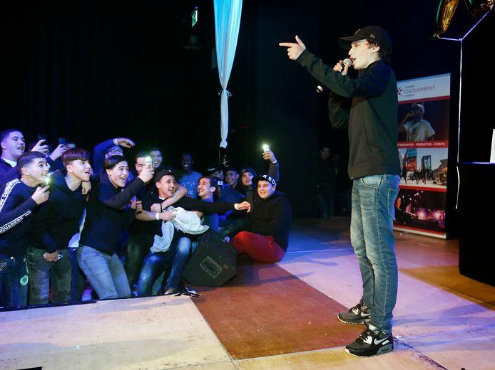 Rapper Youngone met enthousiast publiek tijdens een editie van Youngin' XL in december 2018 in ZIMIHC-theater Stefanus in Overvecht.
