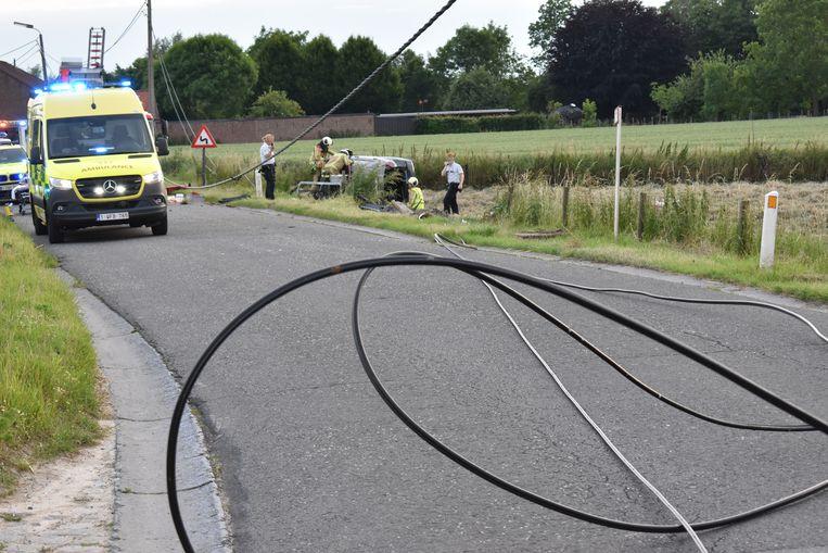 De kabels lagen op de straat.