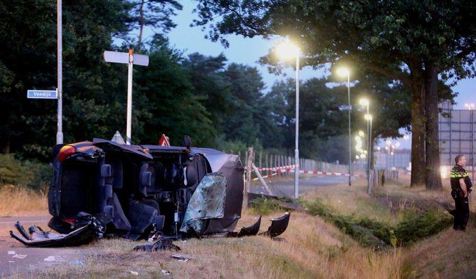 Een aantal inzittenden werd bij het ongeluk op de A59 uit de auto geslingerd.