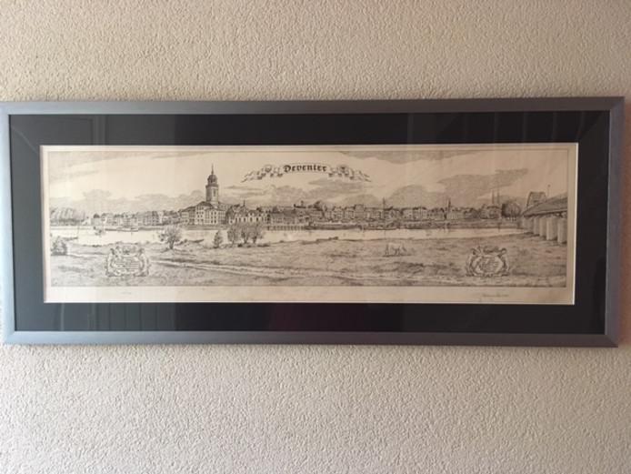 De striptekenaar/schrijver van Brommie en Tommie, GD Exter, die dagelijks in de krant stond heeft deze skyline van Deventer getekend in 1974. Er zijn er 99 van gedrukt voor de Rabobank, schrijft Janine van Harsselaar.