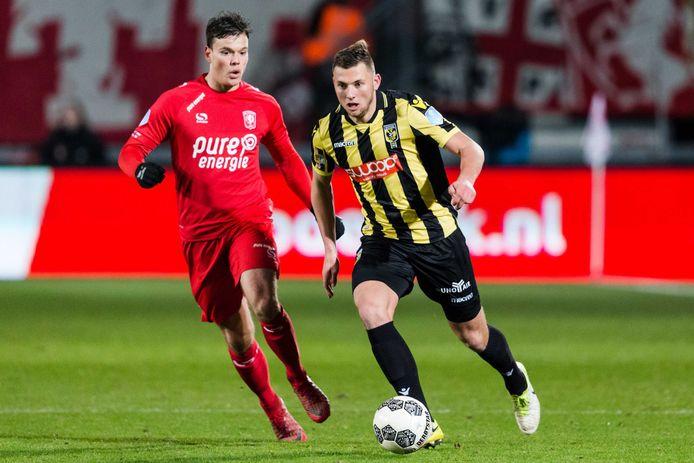 Thomas Kotte zet de achtervolging in op spits Tom Boere van FC Twente.