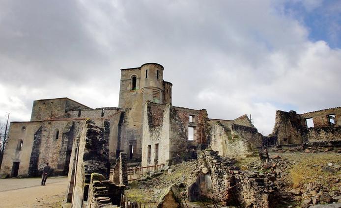 Overblijfselen van de kerk waarin honderden levend verbrandden.