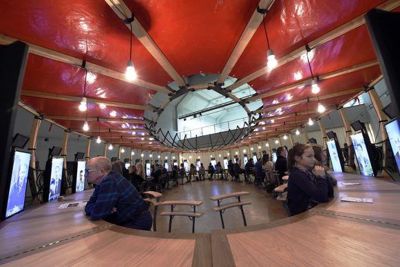 De tafel is een kunstwerk op zich en werd speciaalvoor de expo ontworpen.