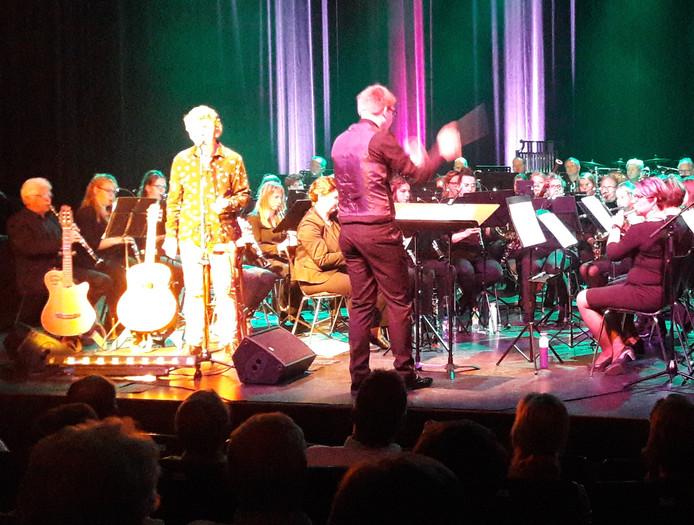 Wim Booij dirigeerde het orkest bij het optreden met Gé Reinders.