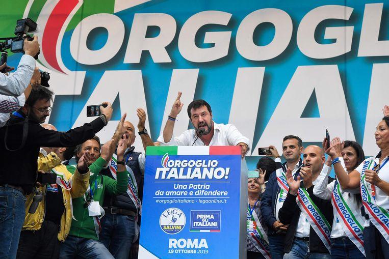 Salvini spreekt  aanhangers van de rechtse Italiaanse partijen toe, die bijeenkwamen in Rome. Beeld AFP