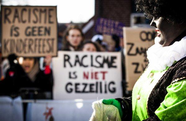 Bus met Kick Out Zwarte Piet-demonstranten bij Alkmaar van de weg gehaald