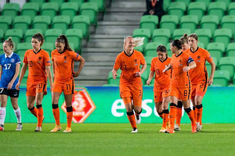 De Nederlandse speelsters vieren weer een doelpunt tegen Estland.  Beeld ANP