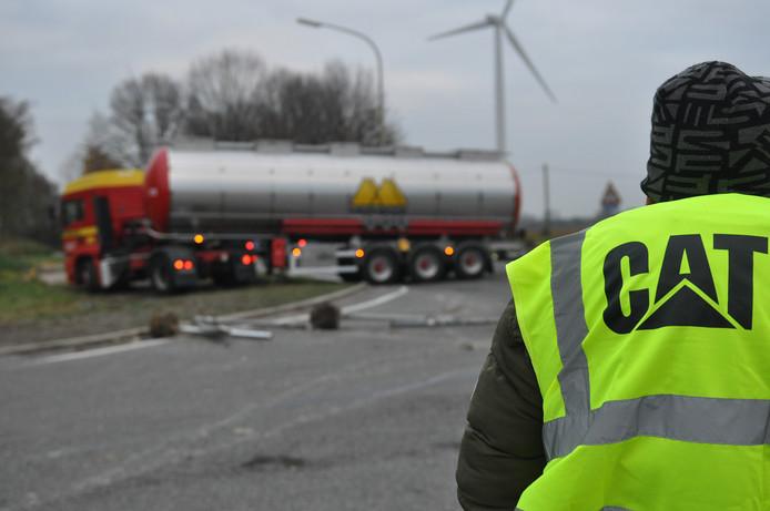 Een beeld uit november: mensen in gele hesjes blokkeren een weg, zodat vrachtwagenchauffeurs er niet langs kunnen.