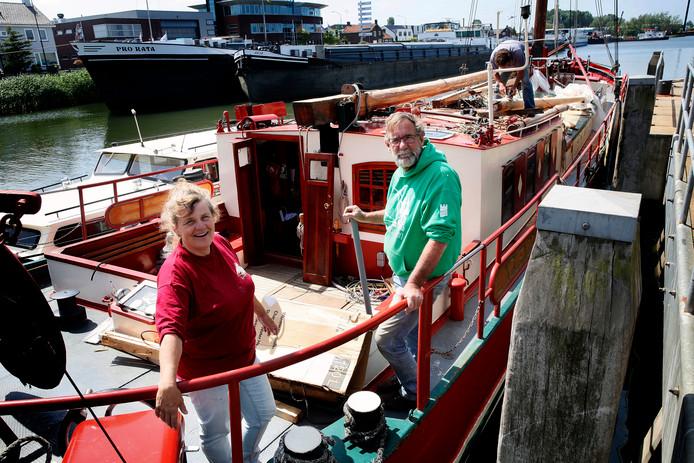 Simone Ruitenga en haar echtgenoot op hun schip in de Biesboschhaven van Werkendam.