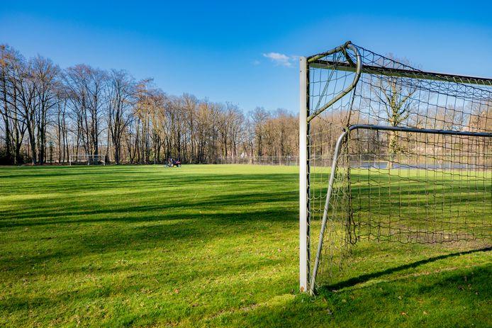 Een leeg voetbalveld bij Loenermark in Loenen.