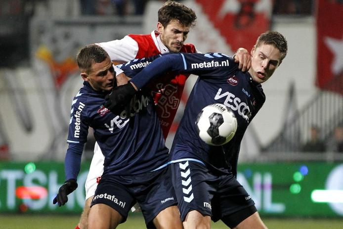 Helmond Sport-aanvallers Jordy Thomassen (links) en Teije ten Den (rechts) in duel met Pieter Nys (MVV).