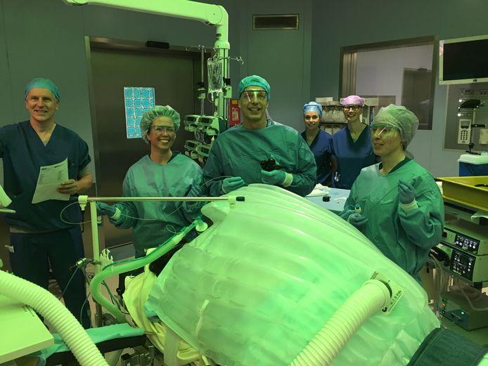 Dr. Laheij staat met zijn team klaar voor de ingreep.