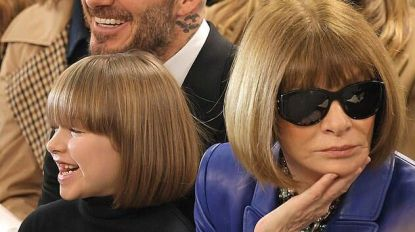 Zien: Harper Beckham en Anna Wintour met identiek kapsel op London Fashion Week