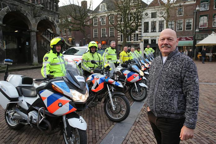 Henry van Oene op de Brink, pal voor De Waag, met zijn collega's van de motorbrigade.