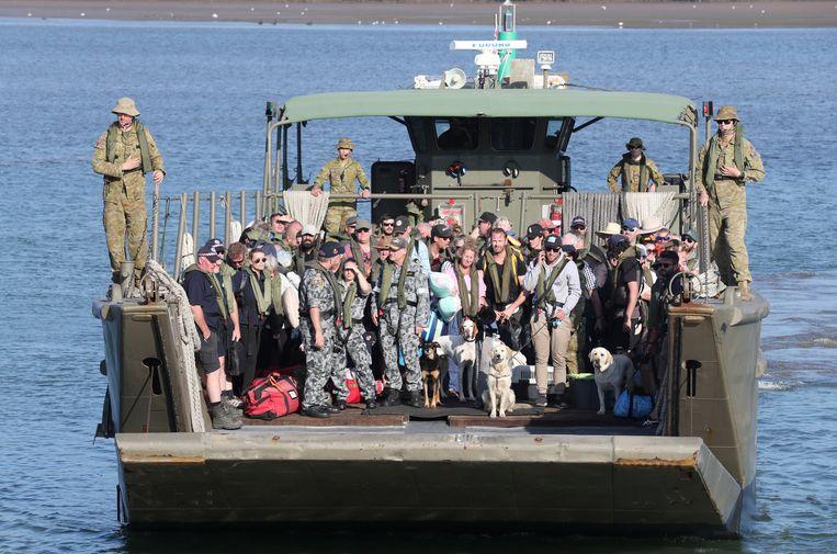 Archiefbeeld. Het marineschip HMAS Choules evacueerde woensdag de laatste gestrande mensen die ingesloten waren door het vuur. Nu brengt het proviand naar de achtergebleven reddingswerkers op het strand in Mallacoota. Aan boord ook een grote hoeveelheid bier.