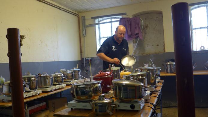 Initiatiefnemer Theo Leerintveld in het zenuwcentrum van het soepenfestival