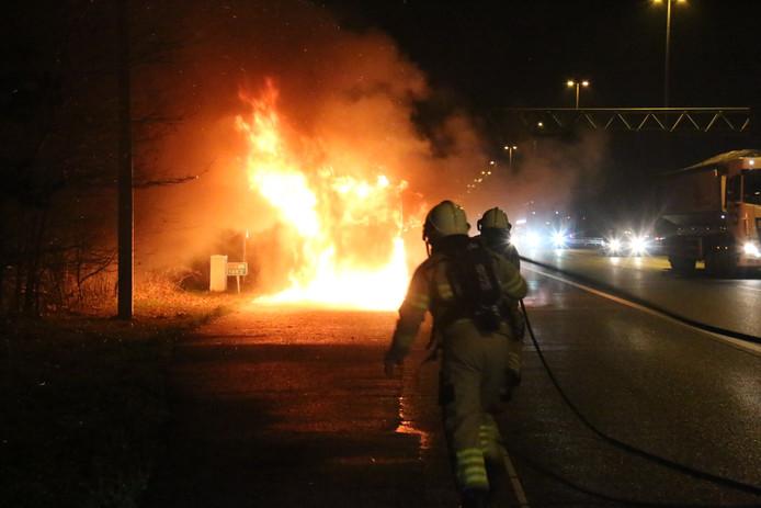 Op de A50 staat een vrachtwagen in brand.