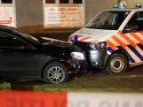 Politie rijdt auto klem op kruising in Enschede na achtervolging