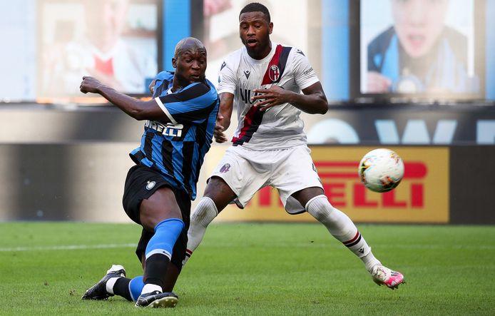 Romelu Lukaku in duel met Stefano Denswil.
