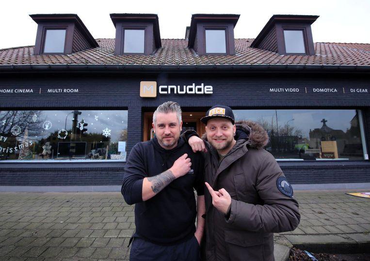 Zaakvoerder Michiel Cnudde samen met Tom Verhaeghe, die in de flat boven de zaak komt wonen.